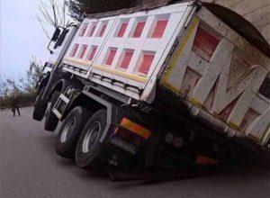 incidente_paola_camion_cedimento_asfalto