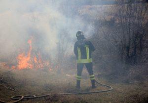 vigili_del_fuoco_incendio_terreno_1