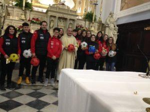 A Rogliano parroco regala palloni