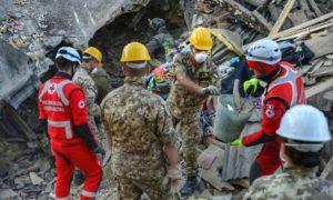 Militari-ad-Amatrice-scavano-tra-macerie-terremoto