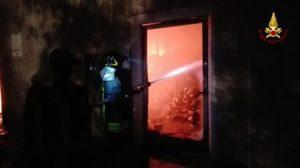 Incendio in un capannone, probabile dolo.Struttura adibita a deposito gomme