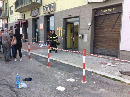 Crolla balcone di una palazzina: 5 feriti